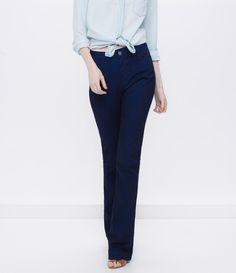 Calça feminina modelo flare  com bolsos