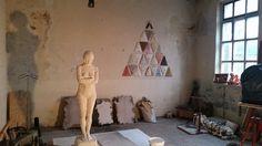 Groot beeld en Maria's in atelier Mainkunstenaars.