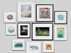 cuadros con marcos de distintos colores en la pared