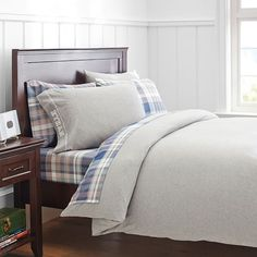Shop boys duvet covers from Pottery Barn Teen for an upgrade from their children's bedding. Let them show their personality with our boys bedding in stripes, plaid, and even sports logos. Girls Duvet Covers, Organic Duvet Covers, Twin Size Duvet Covers, Bed Duvet Covers, Duvet Cover Sets, Teen Boy Bedding, Bed Styling, Dorm Rooms