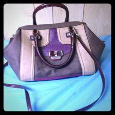 ✨Guess handbag!✨ Guess handbag! Has spot( see pic). Great handbag! Normal wear! Guess Bags Satchels