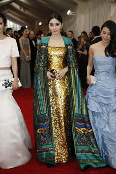 "Fan BingBing is killin' it at the Met Gala. theme is ""China: Through the Looking Glass\"" Post with 0 votes and 5256 views. Fan BingBing is killin' it at the Met Gala. theme is \""China: Through the Looking Glass\"" Haute Couture Style, Couture Mode, Couture Fashion, Fan Bingbing, Beautiful Dresses, Nice Dresses, Gong Li, Mode Abaya, Mode Blog"