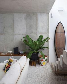 Prancha do artista Ogro traz o clima al mare, na casa da jornalista e consultora de mora Gloria Kalil (Foto: Tuca Reines/Arquivo Vogue )