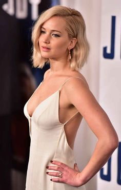 Jennifer Lawrence wears a beautiful and revealing sparkling white and silver dress that wows everyone on the red carpet. Jennifer Lawrence is better known for her top blockbuster films such as The Hunger Games and X-Men: Days of Future Past Top Celebrities, Hollywood Celebrities, Beautiful Celebrities, Hollywood Actresses, Hollywood Fashion, White And Silver Dress, White Dress, Jennifer Laurence, Jennifer Lawrence Photos
