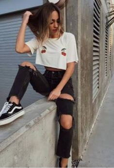 As a true combination talent, you can combine skinny jeans with figure-hugging tops, tight turtlenecks, and wider blouses and shirts. Edgy Outfits, Grunge Outfits, Grunge Fashion, Look Fashion, Summer Outfits, Cute Outfits, Fashion Outfits, Womens Fashion, Fashion Tips