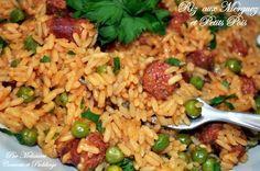 riz aux merguez et petits pois 1 oignon 1 gouse d'ail 1 cas d'huile d'olive 1 cas concentré de tomate 4-5 merguez 70g petits pois 600ml de bouillon de légumes 1/2 cac de turmeric (curcuma) 250g riz long sel et poivre noir persil
