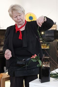 Ikebana artist Liisa Ranka Nurminen held an ikebana course at our glass studio in Riihimäki.  Sogetsu Ikebana represents the modern school of thought. The key philosophy is that anyone can practice ikebana anytime, anywhere and using any materials.  The course also included a bit about the basics of glass design. Each participant got to design their own ikebana vase.