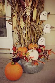 Halloween and fall decorations for the porch. Galvanized tub with corn stalks, … - Halloween Dekoration Porche Halloween, Fall Halloween, Halloween Porch, Autumn Decorating, Porch Decorating, Decorating Ideas, Fall Home Decor, Autumn Home, Fall Yard Decor