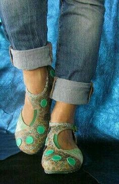 Wish someone made shoes like this in the USA! Comfy Shoes, Cute Shoes, Me Too Shoes, Casual Shoes, Felt Shoes, Barefoot Shoes, Moda Casual, Felted Slippers, Shoe Pattern