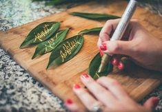 Amamos a ideia: marcação de lugares em folhas naturais #estiloboho #noivas #inspiraçãoboho #inspiration #casamentoboho #casamento #place #ideias #inspiraçãobohochic #bohochic #casalboho