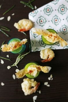 This cucumber gazpacho takes few minutes to make. Served cold with mozzarella candy and tempura prawn is a great starter idea. Cucumber Gazpacho, Gazpacho Recipe, Cucumber Recipes, Sushi Recipes, Gourmet Desserts, Dessert Recipes, Plated Desserts, Mini Mozzarella Balls, Tempura Prawns