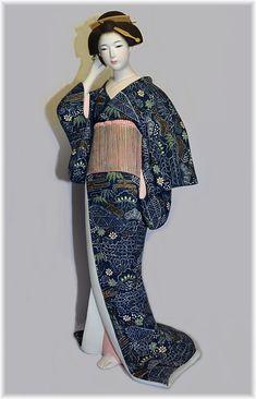 Kobieta w ciemnoniebieski kimono japońskie lalki Hakata
