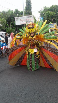 Arakan-Arakan Pekan Batik Nusantara 2016 Carnival Costumes, Kebaya, Ideas Para, Wreaths, Halloween, Decor, Costumes, Decoration, Decorating