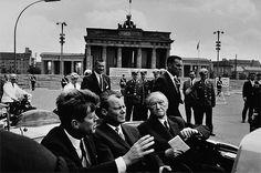 1963 Berlin - J.F. Kennedy, Willy Brandt und Konrad Adenauer vor dem Brandenburger Tor (Foto: Will McBride)