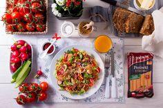 Zimowy poranek. Śniadaniowa sałatka z placuszkami z parówkami z szynki i kolorowymi warzywami Bruschetta, Salad, Ethnic Recipes, Food, Essen, Salads, Meals, Lettuce, Yemek