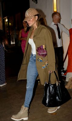 Watch Jennifer Lopez get an epic Hustlers surprise over the film's opening weeke Mom Outfits, Winter Outfits, Casual Outfits, Cute Outfits, J Lo Fashion, Fashion Outfits, Casual Street Style, Casual Chic, Celebrity Outfits