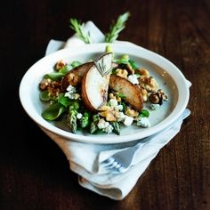 Fried pear with asparagus, walnuts and blue cheese