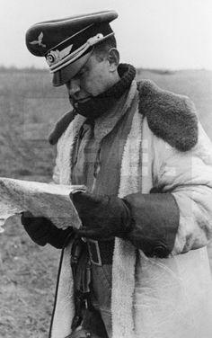 II GUERRA MUNDIAL DIVISIÓN AZUL: RUSIA, FEBRERO 1942.- El comandante español de la Luftwaffe Jose Muñoz Jiménez examina un mapa militar en el aeródromo de Kalinin. EFE/jgb SPAIN II WORLD WAR BLUE DIVISION : KALININ, RUSSIA, February 1942.- Spanish mayor of German Air Force 'Luftwaffe', Jose Munoz Jimenez, checks a map at the Kalinin airground. EFE/fs