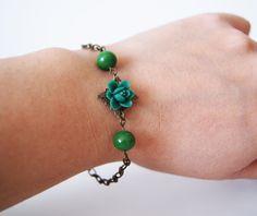Antique Bronze Bracelet. Dark Green Flower Bracelet. Dark green Crystal Ball Bracelet. Perfect women gift de dequitaypon en Etsy
