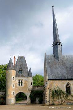 Château de La Verrerie [Berry, France] / Portail et chapelle vue de la cour d'honneur.
