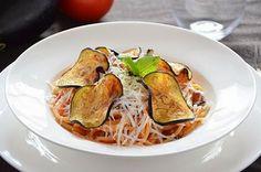 La pasta alla norma è un primo piatto di origine siciliana gustoso e molto profumato. La ricetta della pasta alla norma prevede melanzane fritte, salsa di pomodoro fresco e tanta ricotta salata.