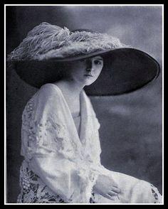 1912 Edwardian Fashion. Oh that hat!!
