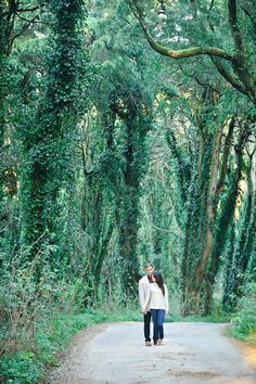 Portugal Sintra Wedding Photography - a beautiful forest for a Save The Date photoshoot. Photo: Hélio Cristóvão @fotodesonho