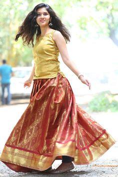 Gayathri Suresh Latest photo shoot Stills - mallutalkz Beautiful Girl Photo, Cute Girl Photo, Beautiful Girl Indian, Most Beautiful Indian Actress, Beautiful Actresses, Indian Photoshoot, Saree Photoshoot, Long Dress Design, Indian Girl Bikini