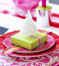 I love how bright and pretty this non traditional table setting  for the holidays is.                  via diysayhi.com