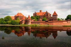 Les 15 plus beaux châteaux du monde - Châtelaine -Château de l'ordre Teutonique de Malbork, Pologne  C'est l'un des plus importants monuments érigés par les chevaliers de l'ordre Teutonique – des moines militaires, à l'origine de l'État monastique de Prusse, et qui livraient bataille aux païens. Sa construction débute vers 1270 et, en raison de guerres, plusieurs travaux de restauration sont effectués. Avec sa couleur rouille, le monastère fortifié est tout simplement renversant. D'autant…