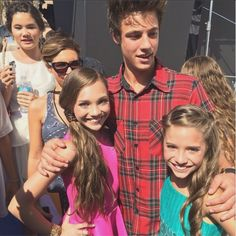 Maddie Ziegler met Cameron Dallas with her sister, Mackenzie Ziegler, at the Teen Choice Awards 2014 [2014]