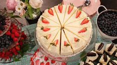 Enkel moussetårta som går bra att förbereda i god tid. Jordgubbar och vit choklad är en extra härlig och riktig somrig smakkombination. Perfekt tårta till vårens och sommarens kalas.