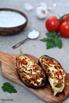 Gefüllte Auberginen mit Tzatziki zum Dippen. Ein einfaches Rezept welches auch super zum Grillen ist oder als Auflauf im Backofen überbacken. Der Dip rundet das Gericht gut ab.