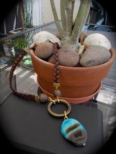 Collar con ágata y cuero, de Alejandra Aceves. FB: https://www.facebook.com/pages/Alejandra-Aceves-Dise%C3%B1o-de-Autor/220434194642258?fref=ts