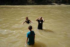 Badning i floden i Taman Negara National Park, Malaysia