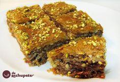 El baklava, baklawa o baclava (del �rabe, ?????? baqlawa), es un pastel elaborado con una pasta de nueces trituradas, distribuida en la pasta filo (phylo) y ba�ado en alm�bar o jarabe de miel, existiendo variedades que incorporan pistachos, anacardos, almendras, pi�ones...