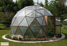 Votre serre géodésique de chez Habitat-Matériaux dispose d'une structure en mélèze de Sibérie, sans nœuds comme pour les constructions marines et qui est très résistant aux intempéries. La structure a une épaisseur de bois de 28 mm et les lisses ... (suite)