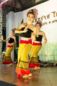 dançarinas tailandesas em vestimentas tradicionais fazendo uma apresentação pública no mercado noturno de chiang rai, no norte da tailândia