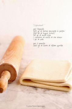 La pasta sfoglia è una delle ricette base della cucina, che si può utilizzare per preparazioni dolci o salate, grazie al suo sapore neutro....