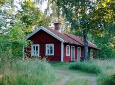 Röda stugor tåga vi förbi Swedish Cottage, Red Cottage, Red Houses, Little Houses, Cottage House Plans, Cottage Homes, Sweden House, House In Nature, Wooden Buildings