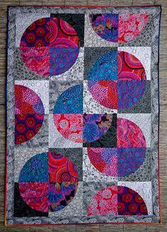 Drunkard's path quilt by Leny Huneman (The Netherlands) | Galerie Terschelling. Kaffe Fassett fabrics on black-and-white background.