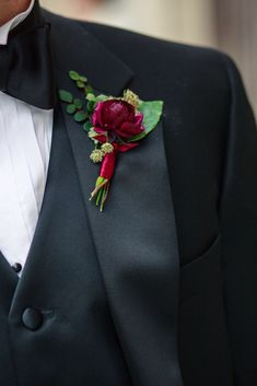 The groom's boutonniere is one of the few accessories for the groom. The small boutonniere declares the identity of the groom. The groom's boutonniere should be based on simplicity and smallness. Remember, the boutonniere and Read more… Burgundy Wedding, Wedding Groom, Purple Wedding, Wedding Suits, Floral Wedding, Fall Wedding, Wedding Bouquets, Ranunculus Boutonniere, Groom Boutonniere