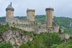 © 2016 Pedro M. Mielgo. Francia. Castillo de los condes de Foix en la localidad del mismo nombre. La torre cubierta, remonta su antigüedad hasta el siglo XIII, mientras que la central data del XIV. La redonda es la más moderna (s. XVI). Los lienzos almenados entre las torres, así como las barbacanas, fueron construidos en el s. XIII.