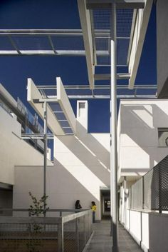 Madrid Housing - Photo | Morphopedia | Morphosis Architects Healthcare Architecture, Arch Architecture, Contemporary Architecture, Morphosis Architects, California Architecture, Light Building, Madrid, Floor Plans, Villa