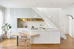 Un dúplex de estilo scandi- Micasarevista French Interior Design, Interior Design Studio, Parisian Apartment, Paris Apartments, Kitchen Interior, Kitchen Decor, Kitchen Design, 60s Kitchen, Interior Paint