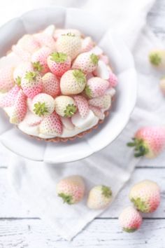 white strawberry and lime cream tartlets . I love the composition in this! Cute Food, I Love Food, Yummy Food, White Strawberry, Strawberry Tart, Lime Cream, Comfort Food, Just Desserts, Eat Cake