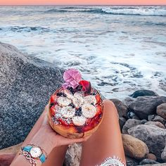 Love spending time by the ocean even more with this amazing fruit bowl #timelesssummer #cluse | image by Caro_e