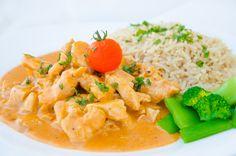 Kycklingstroganoff är en sån där rätt som som är perfekt tillvardagen när man är stressad och barnen behöver få i sig mat snabbt. Det tar max15 min att laga ihop, riset kan ta lite längre men det är ändå en riktigt snabb rätt som inte behöver mycket tillsyn som brukar älskas av alla. Som ni säkert förstår så är det Thai Red Curry, Nom Nom, Good Food, Food And Drink, Chicken, Dinner, Ethnic Recipes, Starbucks, Prom Dresses