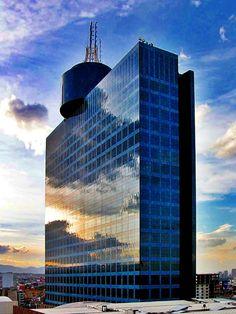 El World Trade Center es un edificio ubicado en la colonia Nápoles en la Ciudad de México. En su interior alberga un centro cultural, un centro de convenciones y una gran torre con un restaurante giratorio, siendo este su característica más famosa.