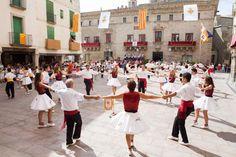 Вы любите фольклорные зрелища? Вам нравятся народные танцы? У нас есть уникальное предложение: почему бы не устроить себе фольклорно-гастрономический тур с посещением винодельни, аутентичным мини-фестивалем сарданы и ужином на закате на скале Сиурана? Воскресенье 16 августа 2015 года, после обеда.